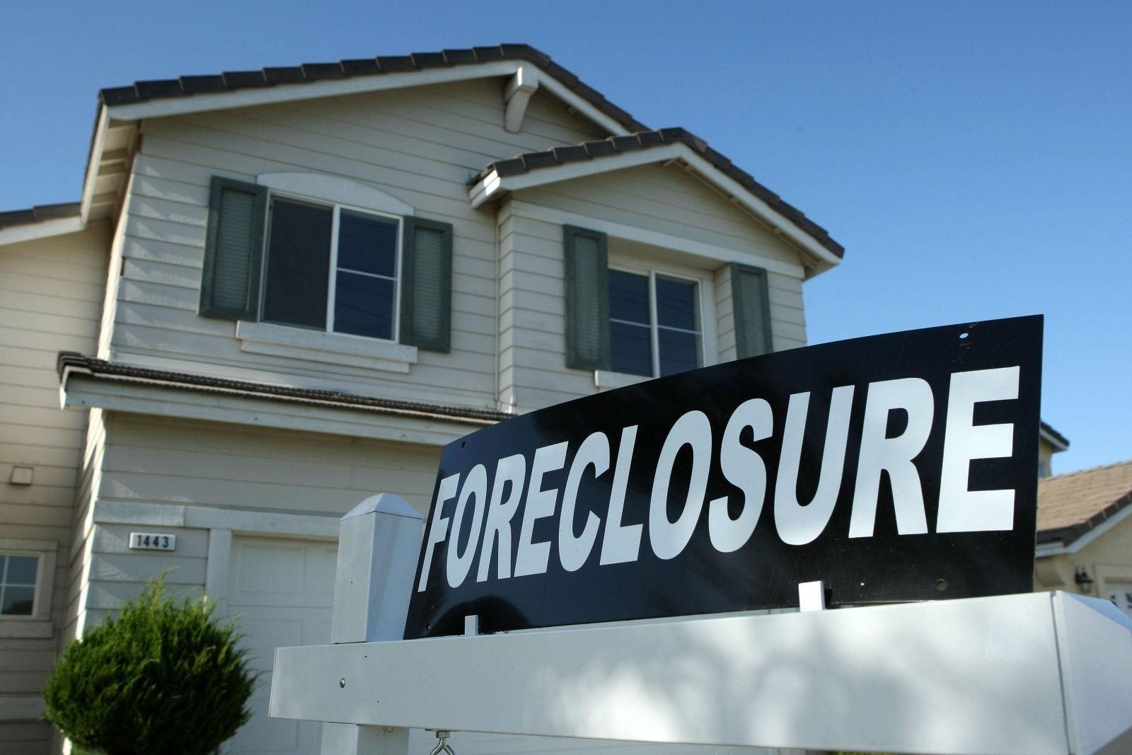 Delinquencies jump, foreclosures at new low