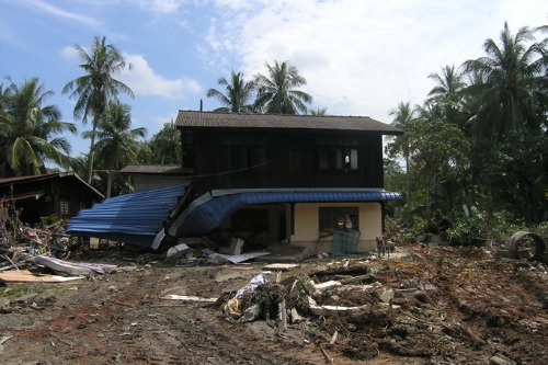 Owners of quake-damaged home demand court funding